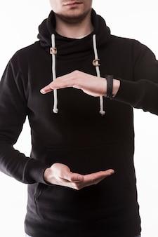 Raccolga l'uomo che mostra la quantità con le mani