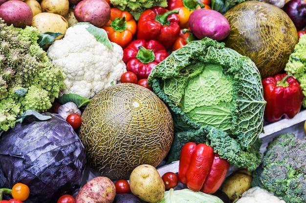Raccolta autunnale di diversi ortaggi e raccolti
