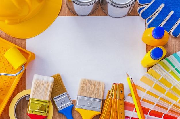 Raccolta degli strumenti della pittura e di riparazione sul concetto pulito della costruzione del foglio di carta