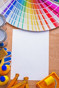 Raccolta degli strumenti della pittura e guida della tavolozza di colori sul concetto della costruzione del foglio di carta