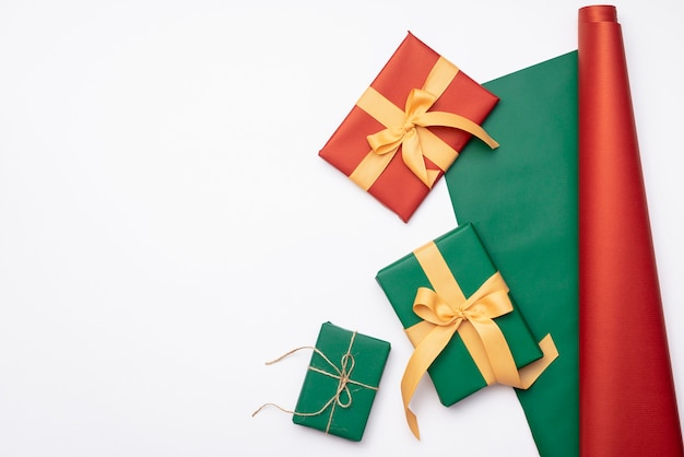 Raccolta dei regali di natale con carta da imballaggio su fondo bianco