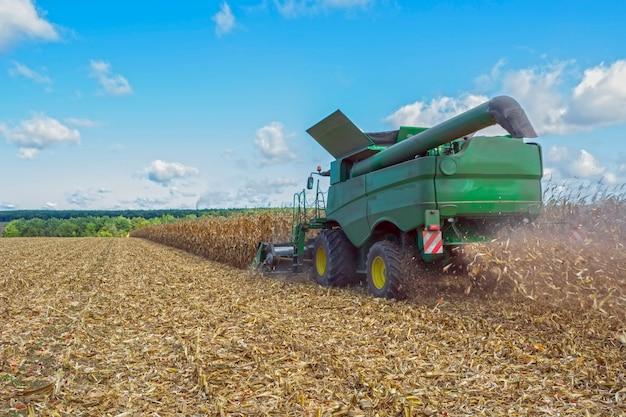 Raccolta del mais da una mietitrebbia, seguito da scarico e trasporto di grano.
