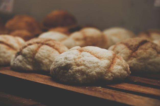 Raccolta del primo piano dei panini di pane
