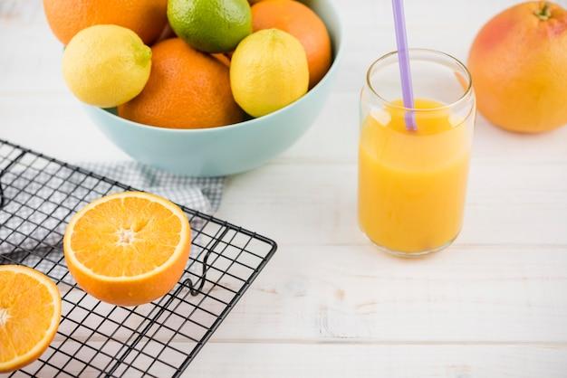 Raccolta del primo piano di frutti organici sul tavolo