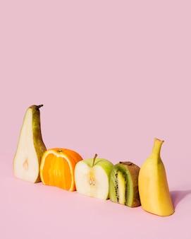 Raccolta del primo piano di frutti saporiti sul tavolo