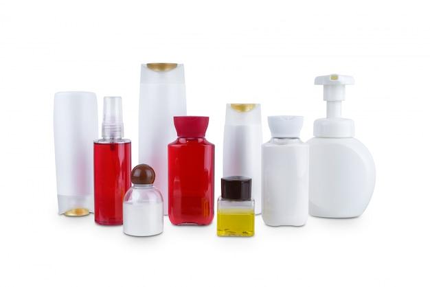 Raccolta della bottiglia di plastica dei vari contenitori di igiene cosmetica di bellezza con idratazione del corpo isolata