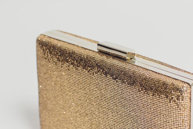 Raccolta delle borse su superficie riflessa isolata su fondo bianco.