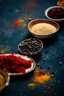 Raccolta delle spezie indiane in ciotola