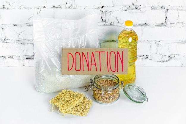Raccolta di alimenti per donazioni. scorte anticrisi di beni essenziali per il periodo di isolamento in quarantena. consegna del cibo, coronavirus.