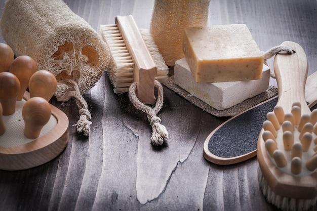 Raccolta di articoli per la cura del corpo su tavola di legno direttamente sopra