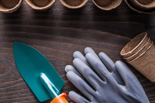 Raccolta di attrezzatura agricola sul luccio d'annata del bordo di legno
