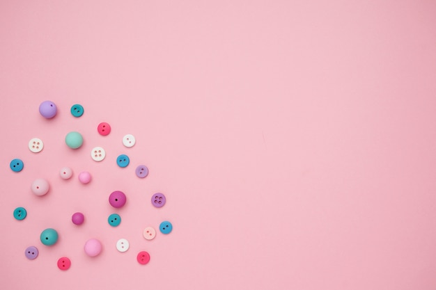 Raccolta di bottoni colorati da cucire con sfondo copia spazio