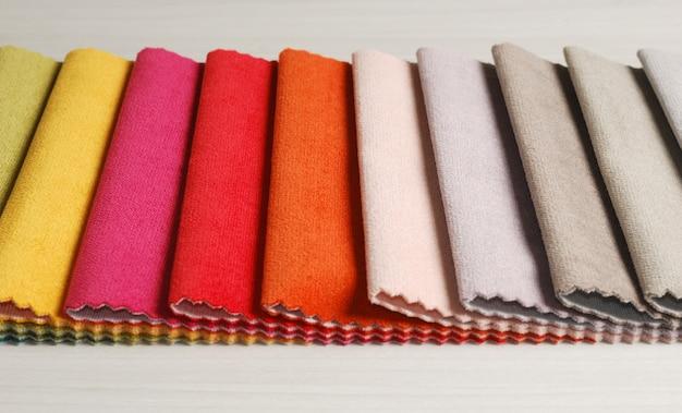 Raccolta di campioni colorati di tessuti in velluto