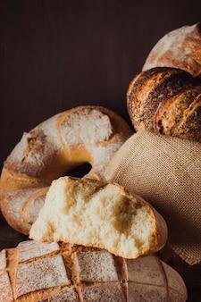 Raccolta di diversi tipi di pane