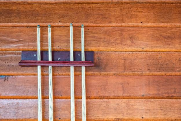 Raccolta di stecca di legno o bastoni sulla parete di legno
