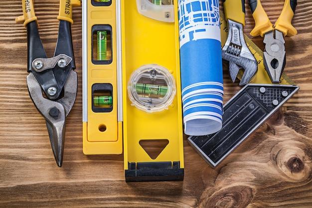 Raccolta di strumenti di costruzione su tavola di legno d'epoca