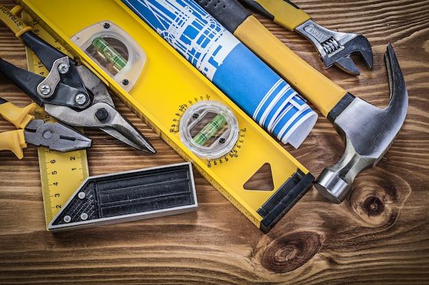 Raccolta di strumenti di costruzione su tavola di legno
