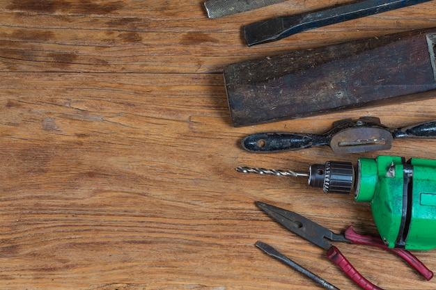 Raccolta di strumenti vintage per la lavorazione del legno su un banco da lavoro ruvido e uno spazio vuoto: carpenteria, artigianato e concetto di lavoro manuale,