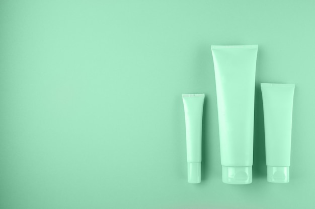 Raccolta di tre tubi cosmetici sul colore della menta