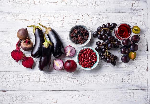 Raccolta di vari alimenti viola