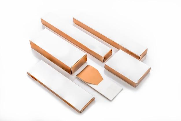 Raccolta di vari bianco e marrone scatola e pacchetti su sfondo bianco.