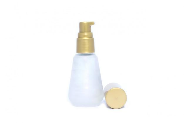 Raccolta di vari contenitori per l'igiene della bellezza su sfondo bianco