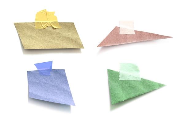 Raccolta di vecchia carta strappata con nastro adesivo su sfondo bianco