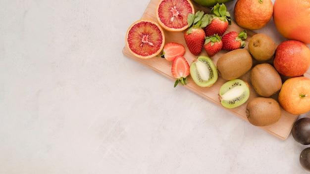 Raccolta di vista dall'alto di gustosi frutti con spazio di copia