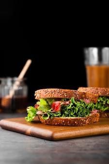 Raccolta di vista del primo piano del panino sano