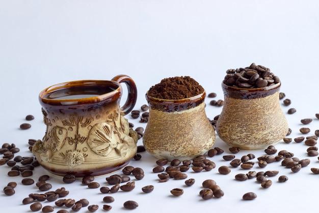 Raccolta di vista superiore dell'assortimento della tazza di caffè isolata su bianco