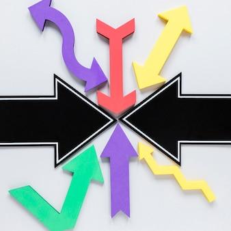 Raccolta piana di disposizione delle frecce su fondo bianco