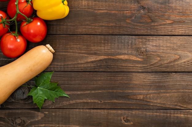 Raccolta, verdure e frutti di autunno su vecchio fondo di legno