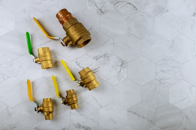 Raccordo idraulico in ottone su un collegamento di tubi dell'acqua
