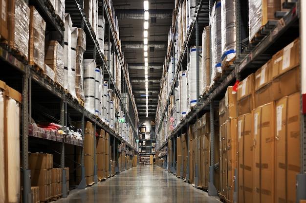 Rack di magazzino con scatola e confezione