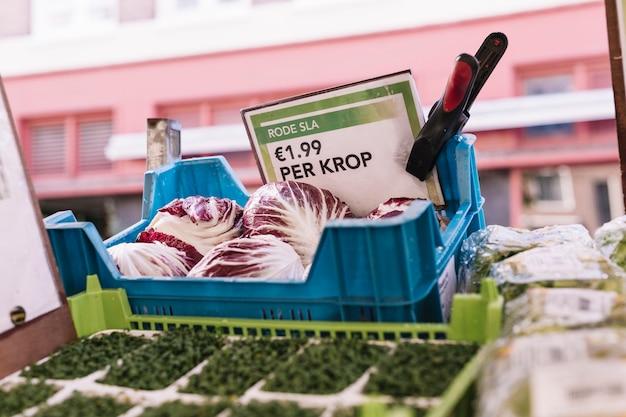 Radicchio in scatola blu con etichetta prezzo
