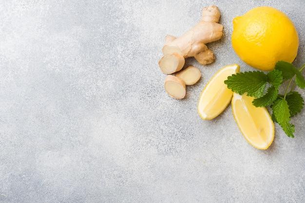 Radice di limone e zenzero sulla superficie grigia