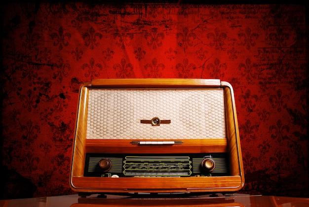 Radio d'epoca su sfondo rosso