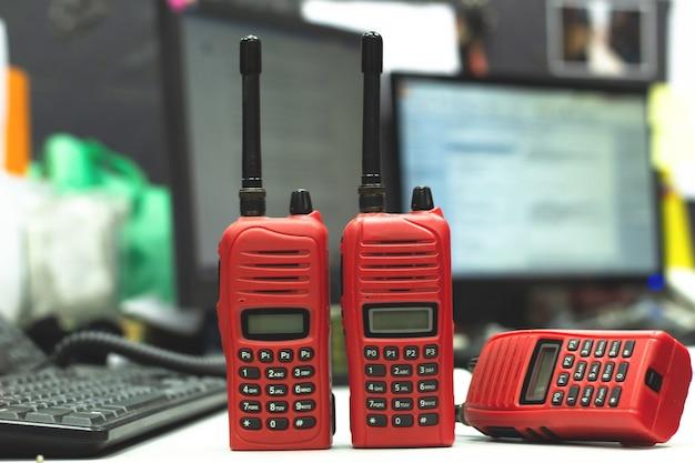 Radio rossa del walkie-talkie sull'operatore di tavola di legno in ufficio