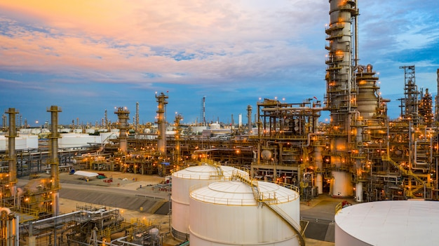 Raffineria di petrolio al crepuscolo, pianta petrolchimica di vista aerea e fondo della pianta della raffineria di petrolio alla notte, impianto petrolchimico della fabbrica della raffineria di petrolio a penombra.