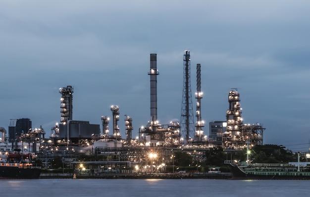 Raffineria di petrolio al crepuscolo