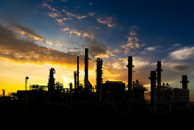 Raffineria di petrolio al tramonto