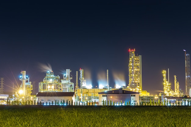 Raffineria di petrolio e impianto petrolchimico con torre di raffreddamento
