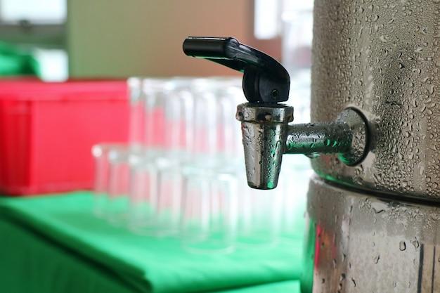 Raffreddatore d'acqua con vetri sfocati. concetto di bevande e oggetti.