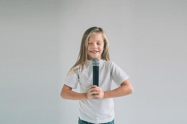 Ragazza a dondolo. immagine di un bambino che canta al microfono