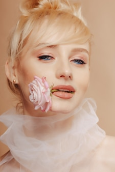 Ragazza abbastanza attraente con capelli biondi, riprese di moda, rosa, sfondo semplice