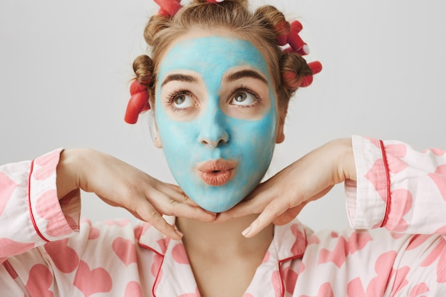 Ragazza abbastanza carina che si sente bella come fare le procedure di cura della pelle a casa