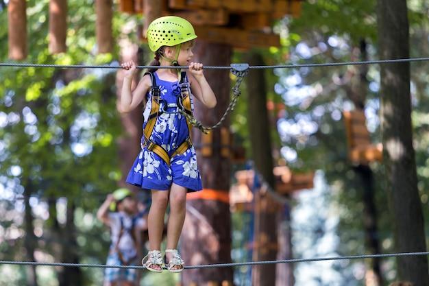 Ragazza abbastanza giovane del bambino biondo sul modo della corda.