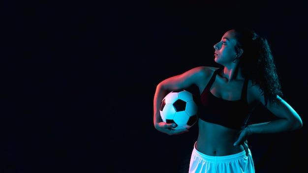 Ragazza adatta in abiti sportivi