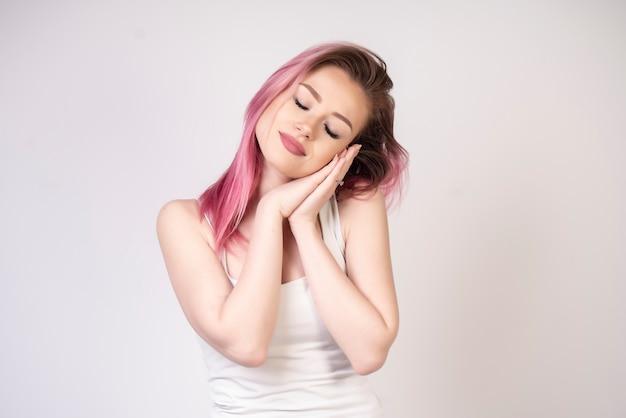 Ragazza addormentata da sola