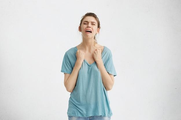 Ragazza adolescente infelice che grida a squarciagola, sentendosi disperata